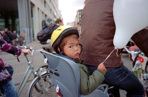 Weilig achterop bij vader op de fiets ...